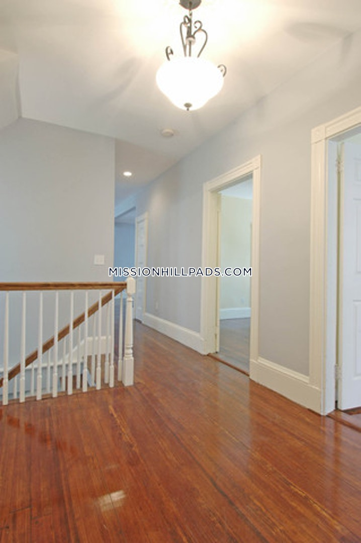 BOSTON - MISSION HILL - 4 Beds, 1 Bath - Image 9
