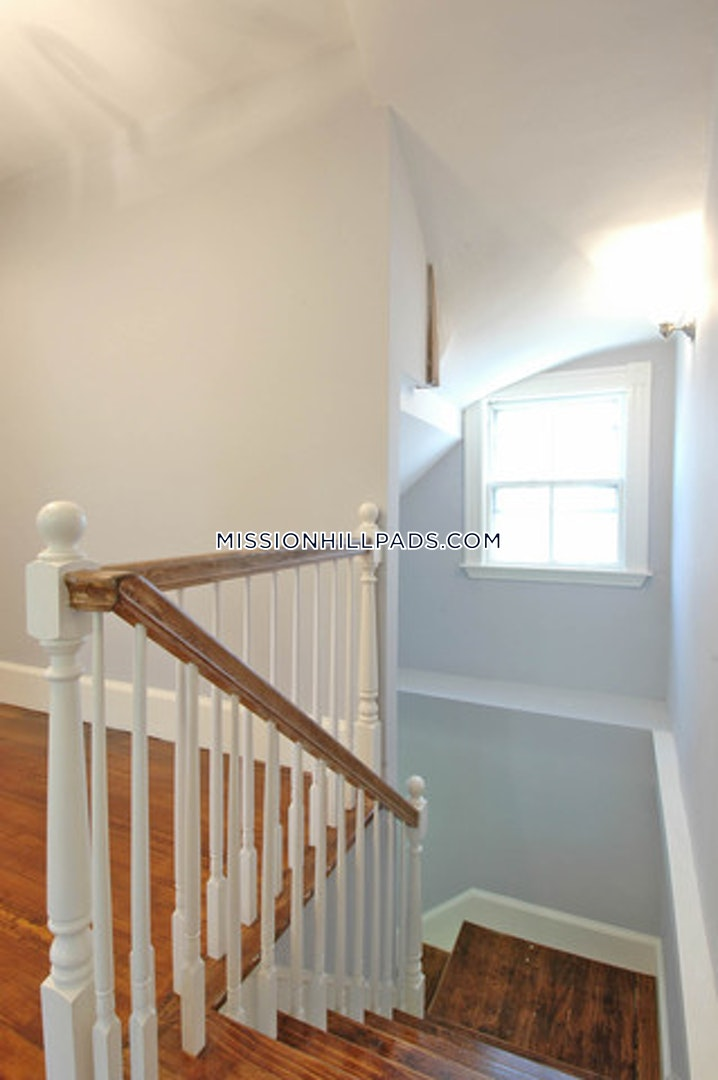 BOSTON - MISSION HILL - 4 Beds, 1 Bath - Image 8