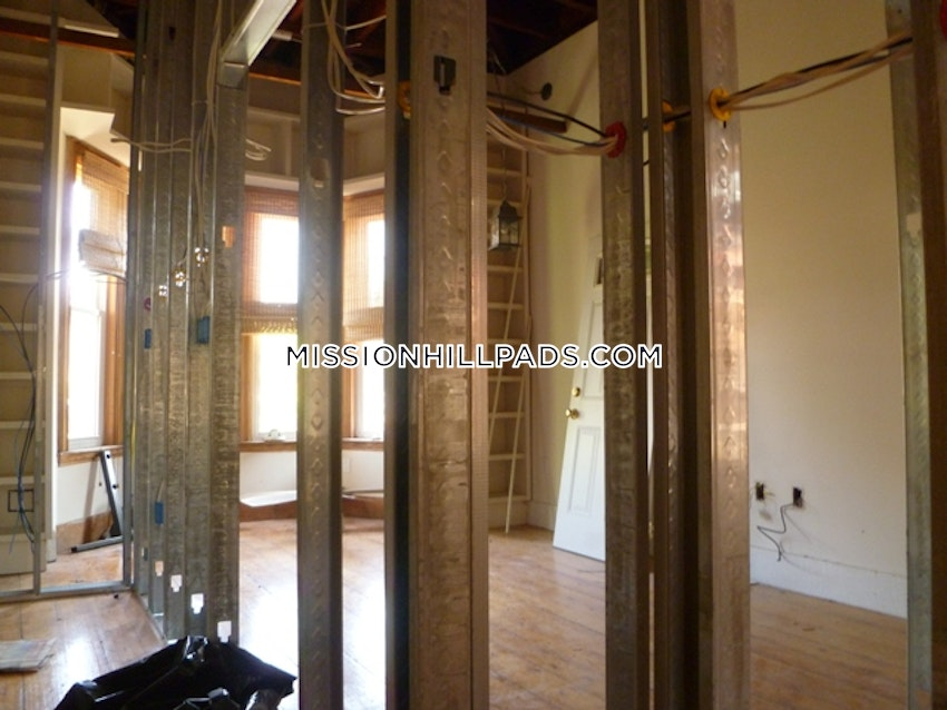 BOSTON - MISSION HILL - 4 Beds, 1 Bath - Image 3