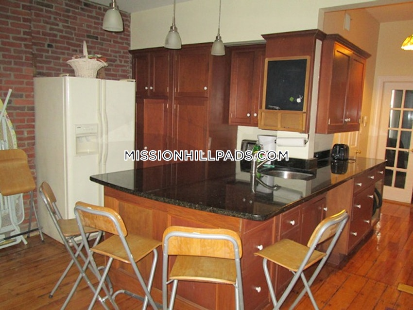 BOSTON - MISSION HILL - 3 Beds, 2 Baths - Image 9
