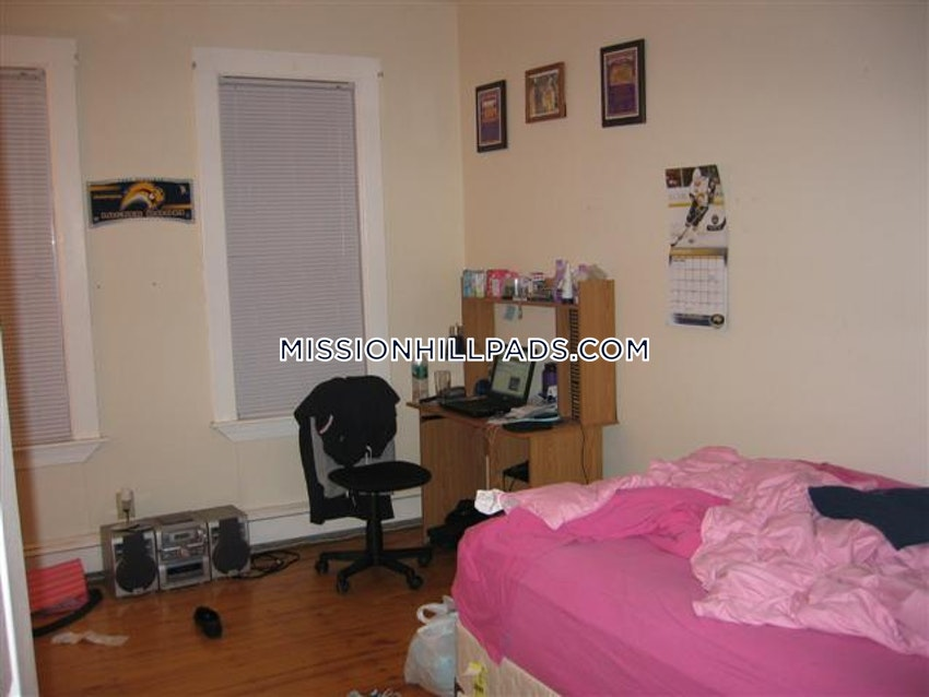BOSTON - MISSION HILL - 3 Beds, 1 Bath - Image 7