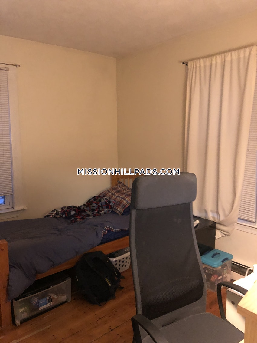 BOSTON - MISSION HILL - 3 Beds, 1 Bath - Image 4