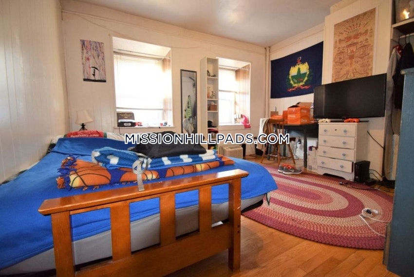 BOSTON - MISSION HILL - 3 Beds, 2 Baths - Image 4