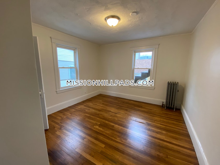 BOSTON - MISSION HILL - 5 Beds, 3 Baths - Image 3
