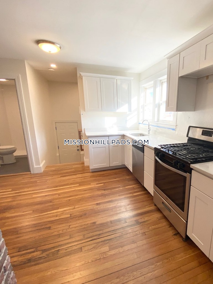 BOSTON - MISSION HILL - 5 Beds, 3 Baths - Image 6