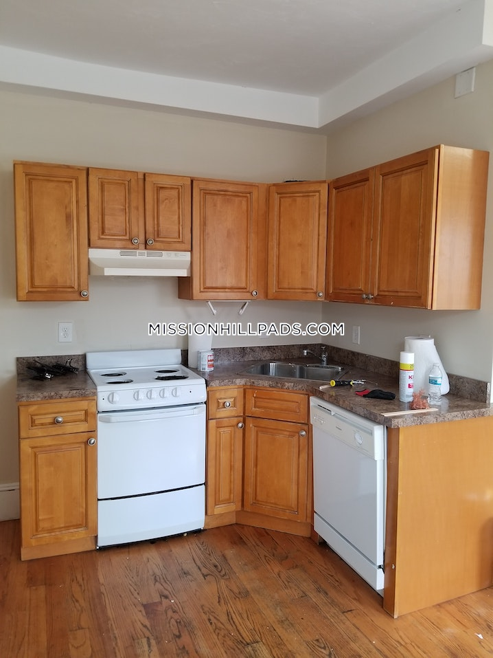 BOSTON - MISSION HILL - 4 Beds, 2 Baths - Image 3