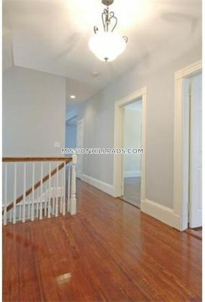 BOSTON - MISSION HILL - 4 Beds, 1 Bath - Image 4